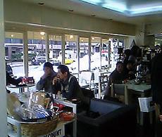 """2階にある店内は外苑西通りを通りすぎる車や人を、眺めながらお茶ができる""""><br class="""